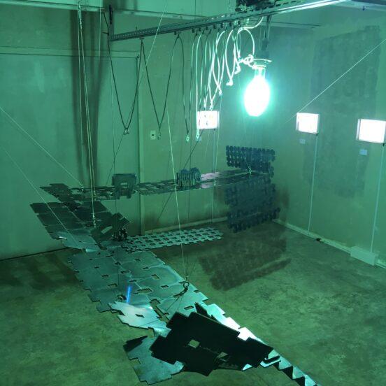 """2016年に市川の特殊照明ポルターガイスト号と桑山の彫刻  Akihiko KUWAYAMA's """" Horizontal practice"""" Taira ICHIKAWA's"""